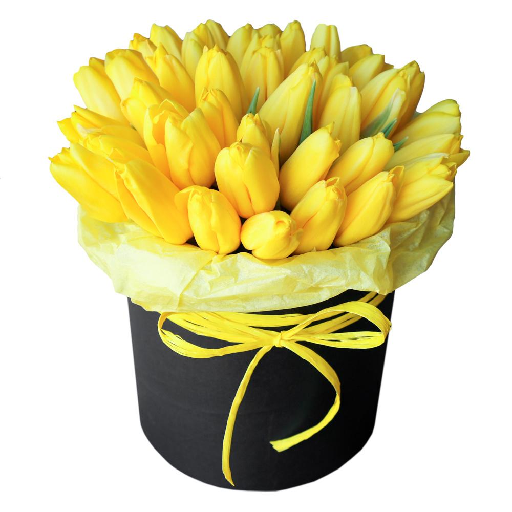 Желтые тюльпаны в шляпной коробке